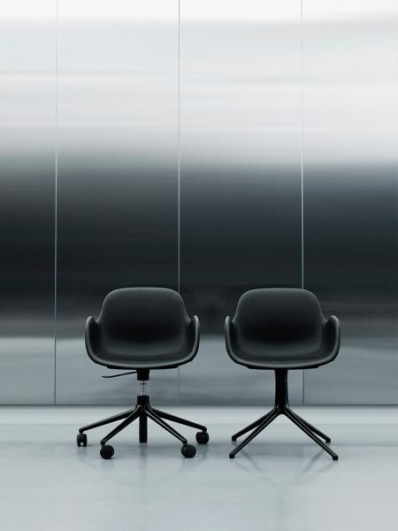 Form Armchair Swivel 4L Black stolička s centrálnou podnožou