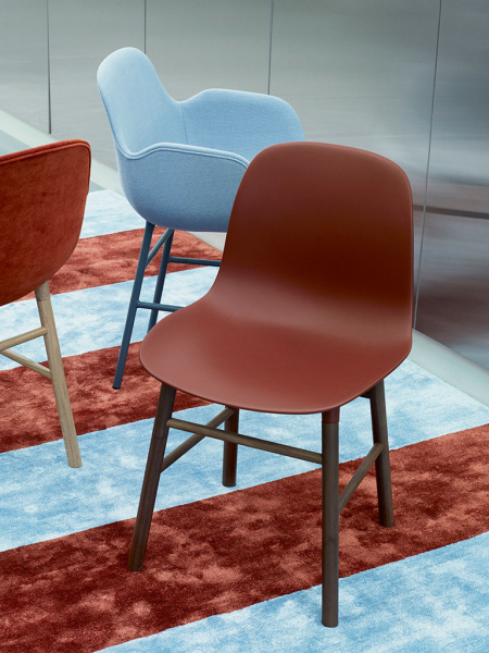 Form Armchair walnut stolička