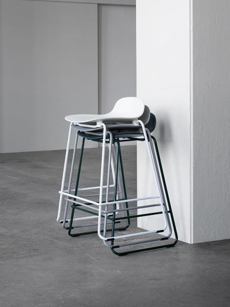 Form Barstool 75cm Stacking vysoká barová stolička s lyžinovou podnožou